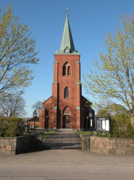 Kyrkan i Eket syns väl.