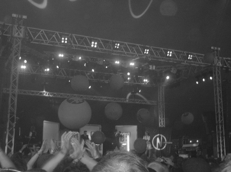 Welle: Erdball bjöd på en fantastisk show, komplett med ballonger pappersflygplan och arkadmaskiner.